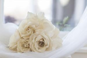 Háromszög rózsás asztaldísz